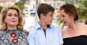 """Die Schauspielerin Catherine Deneuve (l.) und die Regisseurin Emmanuelle Bercot nehmen Rod Paradot in ihre Mitte: Fototermin für """"La tête haute""""."""