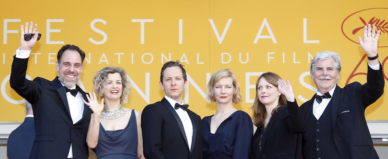 """Die Schauspieler Thomas Loibl (l.), Lucy Russell, Trystan Putter, Sandra Huller und Peter Simonischek mit der Regisseurin Maren Ade (2. v.r.) auf dem Weg zur Vorführung von """"Toni Erdmann"""" in Cannes"""