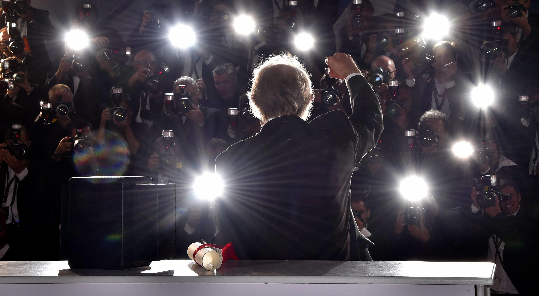 Ken Loach mit der Goldenen Palme im Blitzlichtgewitter von Cannes