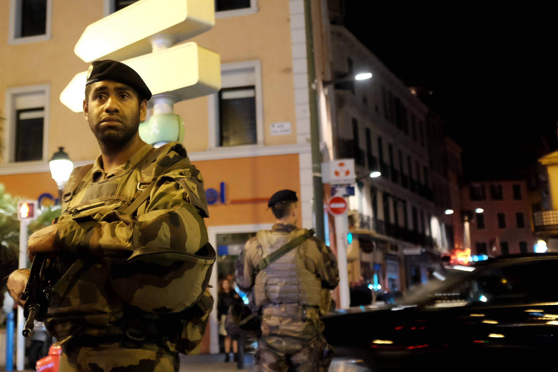 Soldaten in den Straßen von Cannes