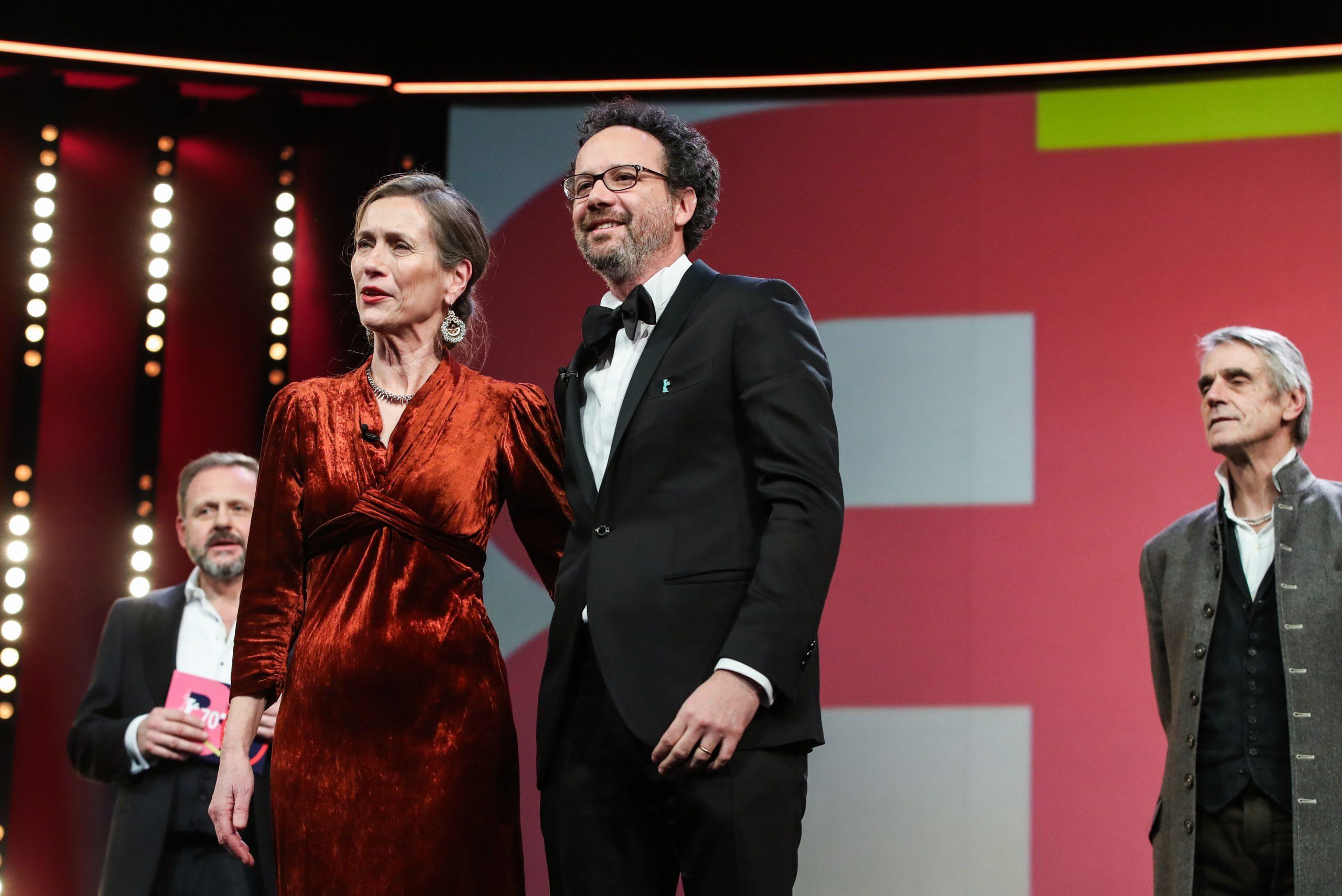 Mariette Rissenbeek und Carlo Chatrian eröffnen die Berlinale, Samuel Finzi (l.) und Jeremy Irons hören zu.