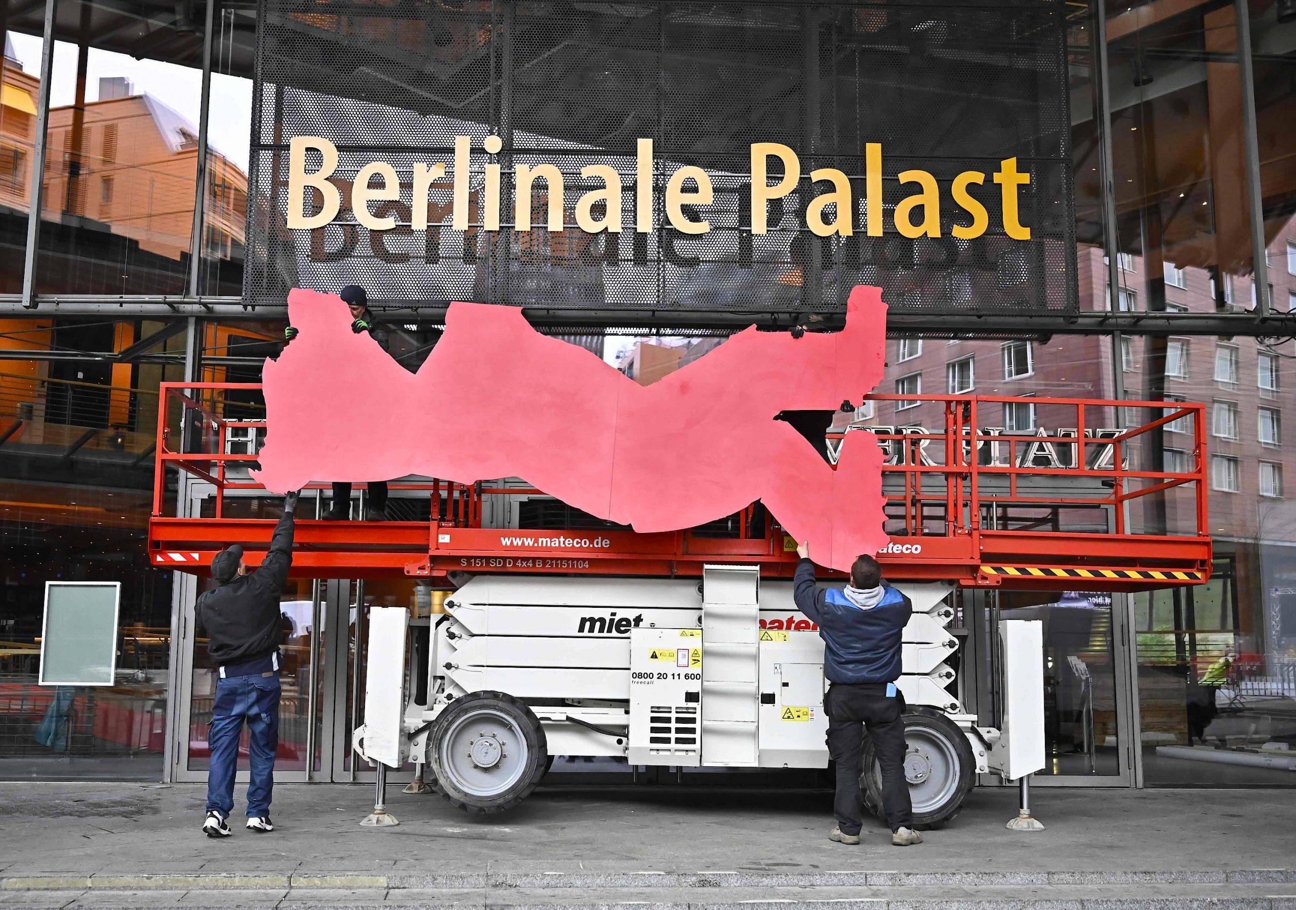 Während der Filmfestspiele soll das rote Emblem den Berlinale Palast am Potsdamer Platz zieren. Am Sonntag wurde es montiert.