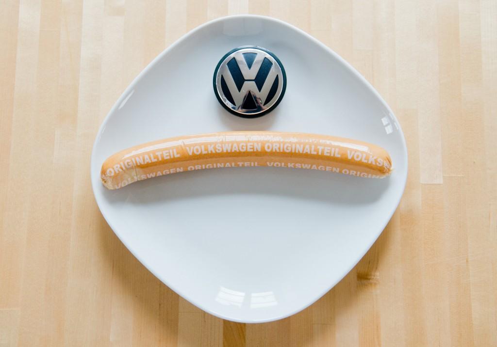 """ILLUSTRATION - Eine Currywurst mit Aufschrift """"Volkswagen Originalteil"""" und ein VW-Logo liegen am 19.02.2016 auf einem Teller in Hannover (Niedersachsen). Die Currywurst-Produktion bei Volkswagen hat 2015 erneut den Autoabsatz der Hausmarke abgehängt. In seiner Fleischerei in Wolfsburg produzierte das Unternehmen im vergangenen Jahr über 7,2 Millionen Currywürste. Foto: Julian Stratenschulte/dpa (zu dpa """"VW verkauft erneut mehr Currywürste als Autos"""" vom 19.02.2016) +++(c) dpa - Bildfunk+++"""
