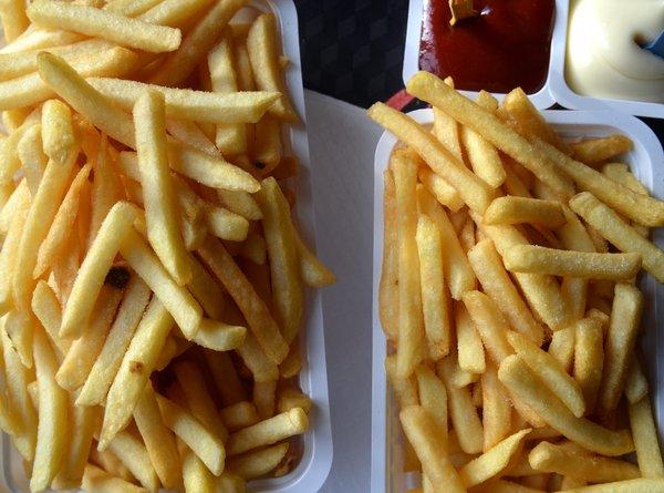 Ein Tablett mit einer großen und einer kleineren Schale Pommes frites und dazugehörige Mayonnaise und Ketchup, aufgenommen am 18.01.2016. Pommes frites sind eine belgische Spezialität, Foto: Thomas Muncke [ Rechtehinweis: picture alliance ]