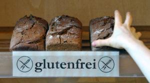 """ARCHIV - Eine Hand greift am Dienstag (05.04.2011) in einem Naturkostladen in Leipzig nach einem glutenfreien Brot. Foto: Peter Endig dpa/lsn (zu dpa """"Eine Nische wird größer - Glutenfreie Waren im Einzelhandel gefragt"""" vom 21.09.2015) +++(c) dpa - Bildfunk+++"""