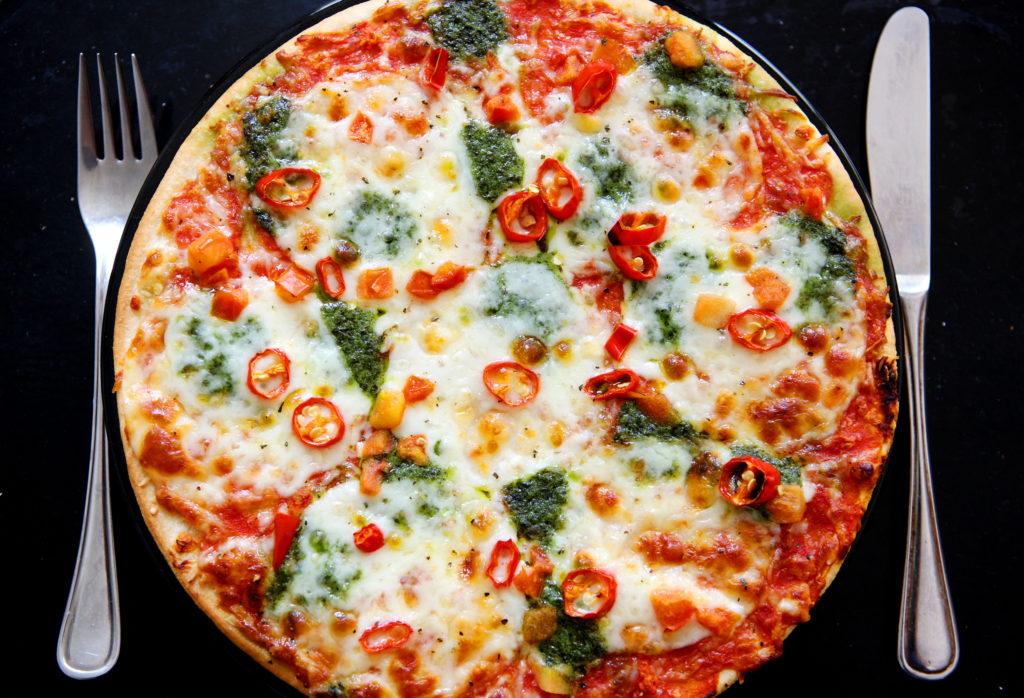 """ARCHIV - Eine Tiefkühlpizza liegt gebacken auf dem Tisch (Illustration vom 13.07.2009). Tiefkühlkost bleibt in Deutschland ein Renner. Mehr als 40 Kilo gefrorene Pizza, Fischstäbchen, Obst oder Gemüse isst jeder Mensch in Deutschland im Schnitt pro Jahr. Foto: Oliver Berg dpa (zu dpa """"Pizza und Fischstäbchen -Tagung zur Tiefkühlkost in München"""" vom 11.06.2013) +++(c) dpa - Bildfunk+++"""