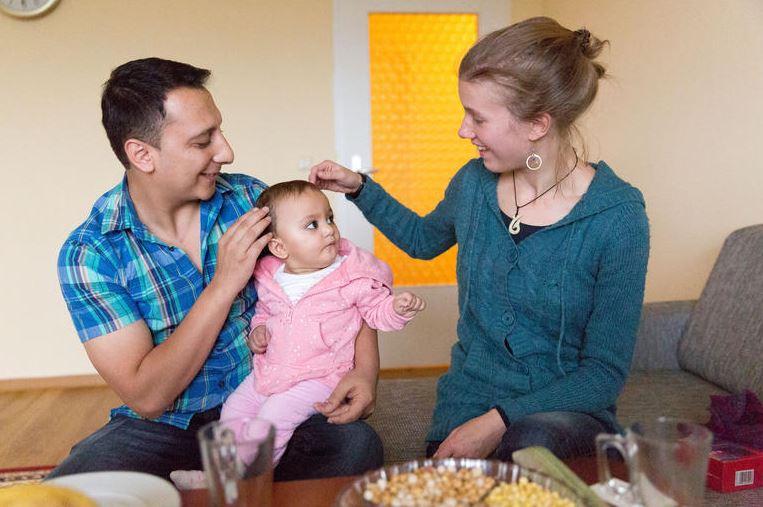 Masoom Gharibyar mit seiner kleinen Tochter Mirijam und Patin Marie Schwesinger