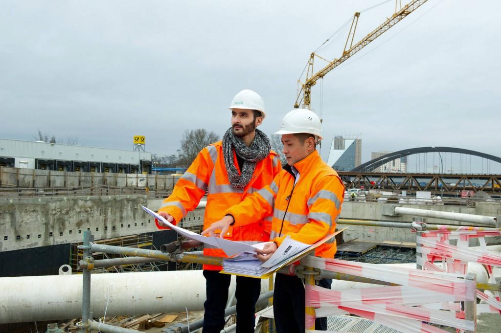 Gemeinsam große Pläne: Modar Rabbat (links) mit seinem Mentor Munkhtuvshin Purevdorj auf der Großbaustelle in Berlin