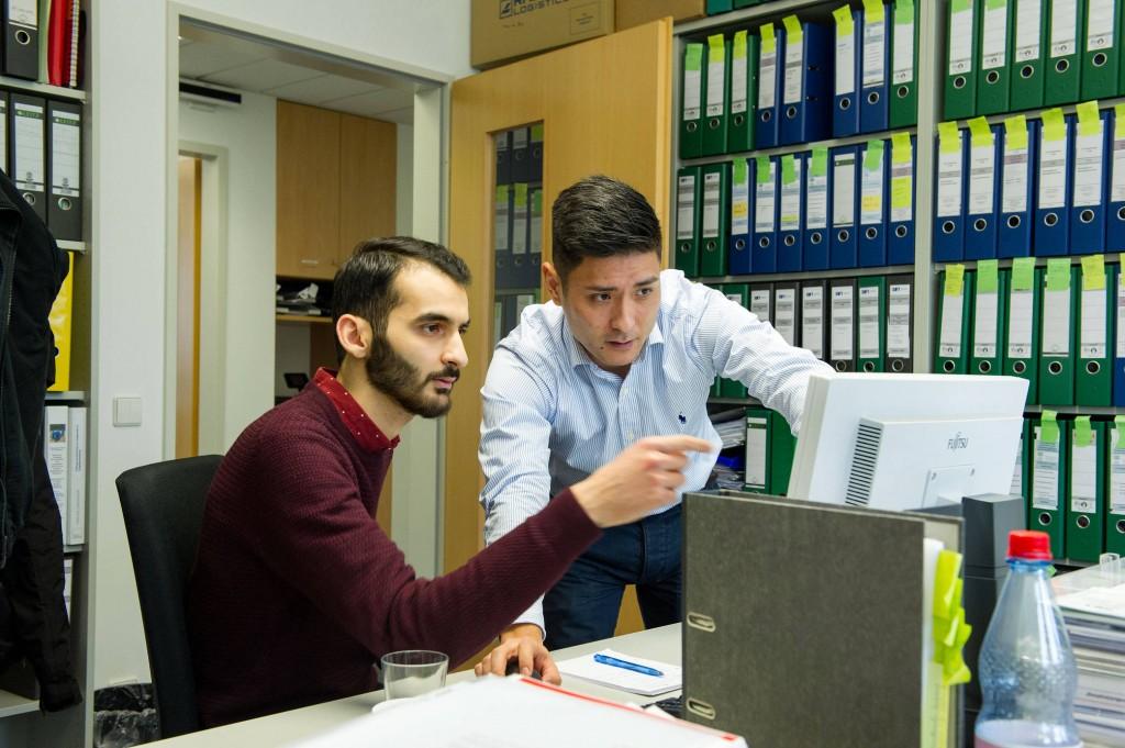 Im Büro: Mit seinen Computerkenntnissen kann der Flüchtling glänzen.