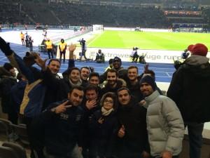 Modar (5. v links hinten) mit anderen Flüchtlingen im Berliner Stadion
