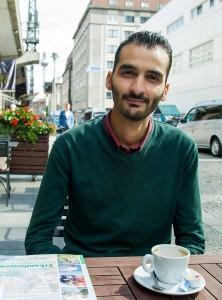 Modar Rabbat, syrischer Flüchtling, in einem Cafe an der Friedrichstrasse