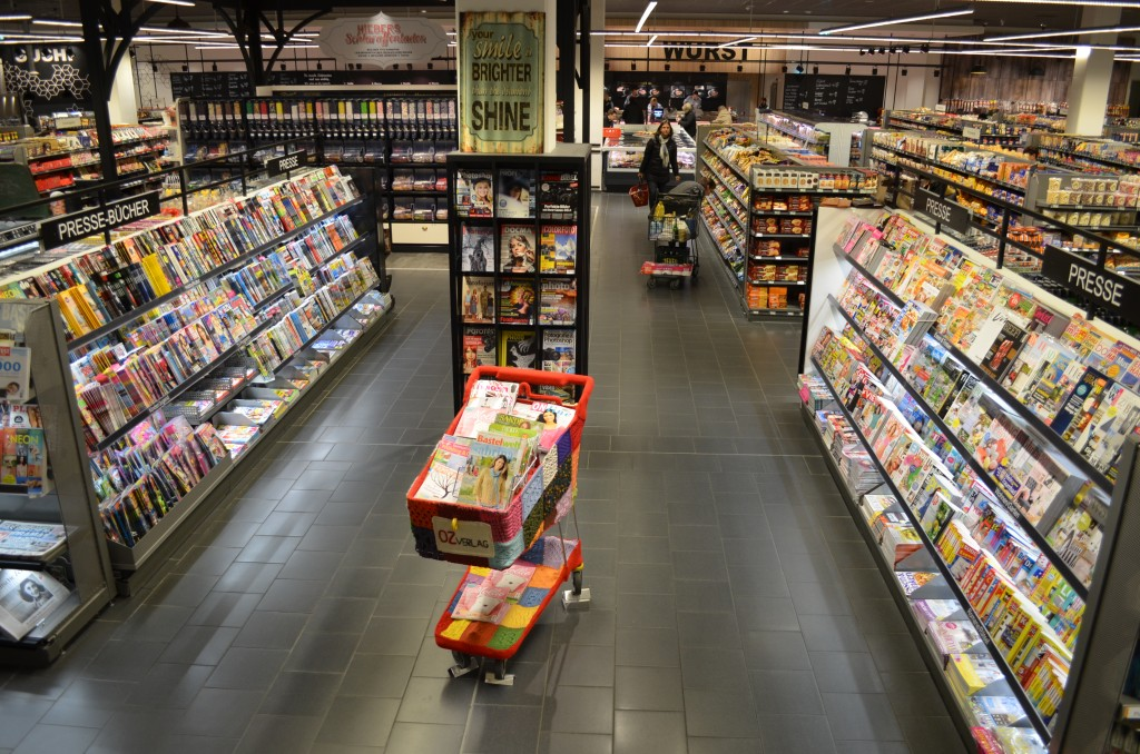 Presseregal eines Supermarktes in Lörrach