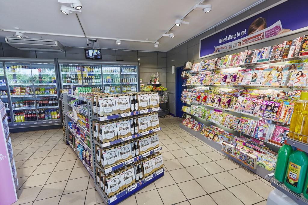 Presseregal einer Tankstelle in Frankenthal