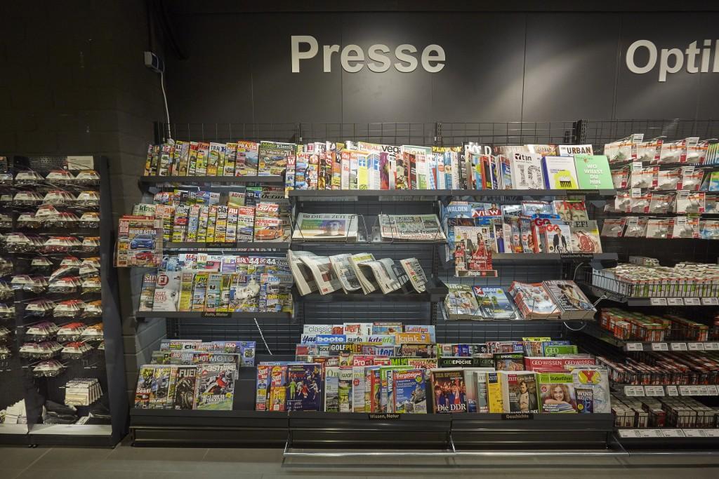 Presseregal eines Supermarktes in Aachen