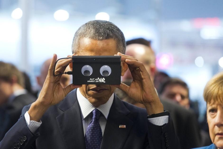 Durchgeschaut: Amerikas Präsident Barack setzt eine Videobrille auf.
