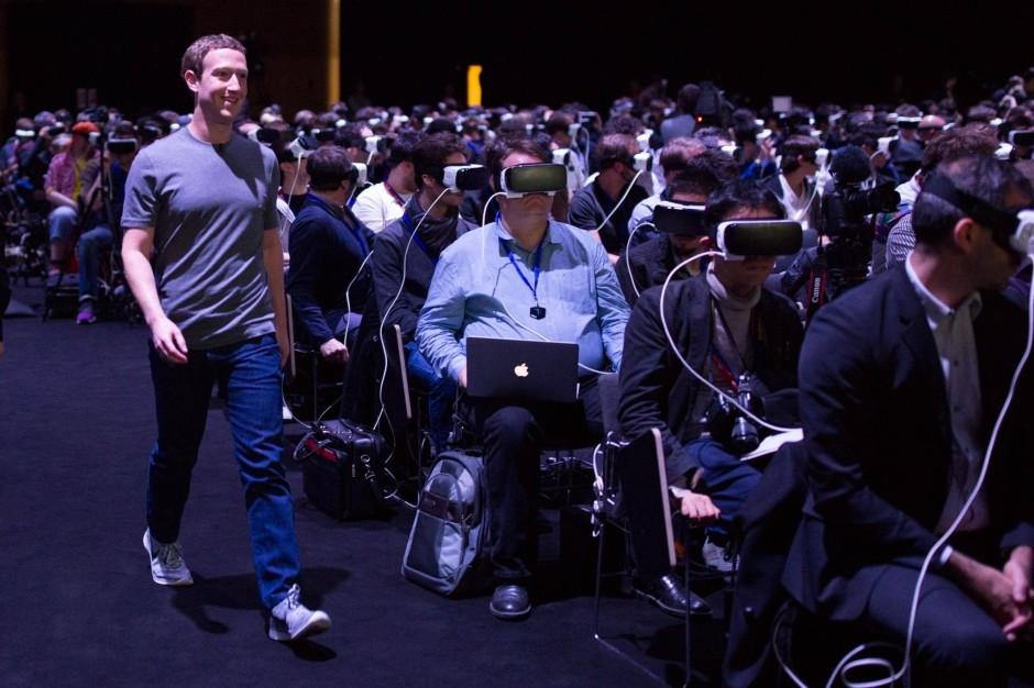 Aufgetaucht: Facebook-Lenker Mark Zuckerberg nutzt die Gunst der Stunde und durchquert unbemerkt vorbei.