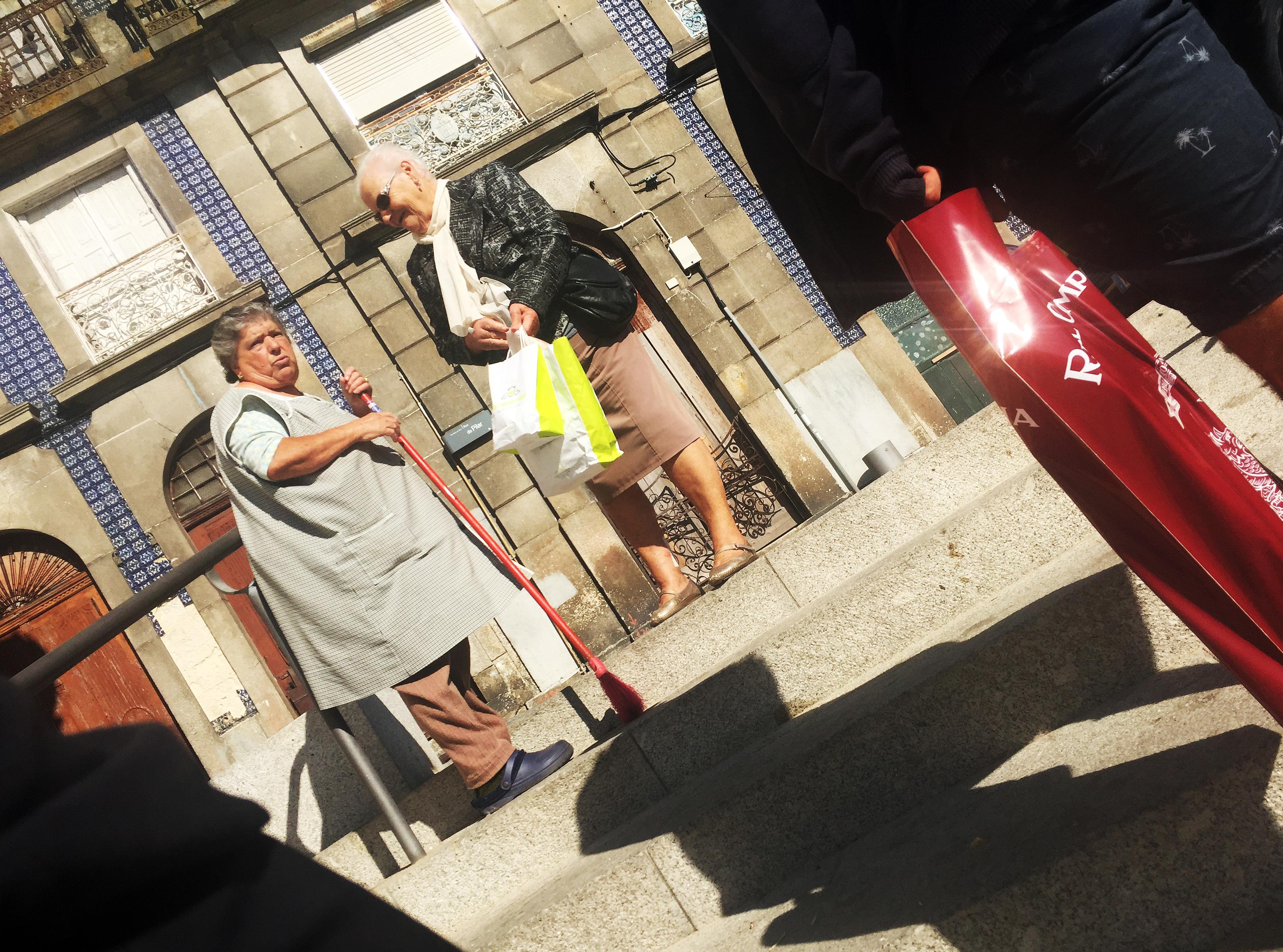 Alltag: Zwei Damen in den Straßen Portos.
