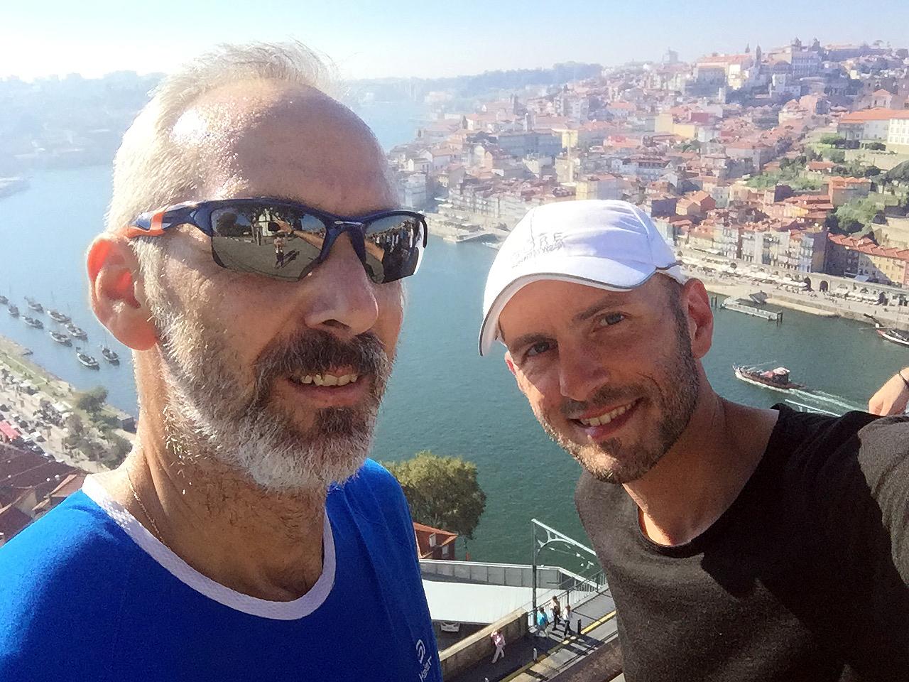 Rui und Nils auf der Brücke Ponte Luis I. Im Hintergrund die Stadt Porto