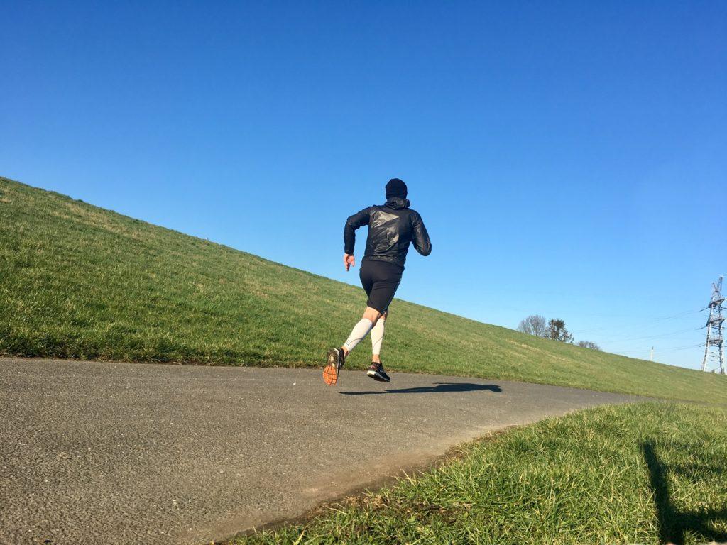 Ultramarathonläufer auf einem Weg