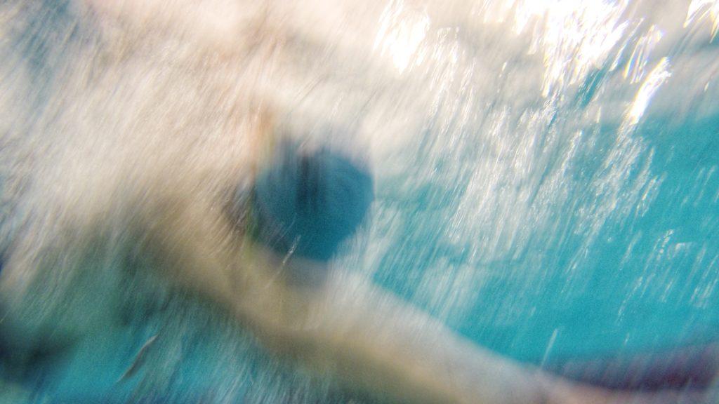 Nils schwimmt