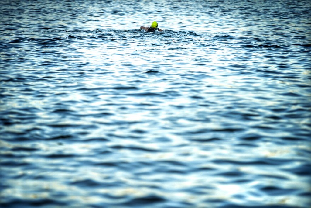 Jan Frodeno beim Einschwimmen am Langender Waldsee