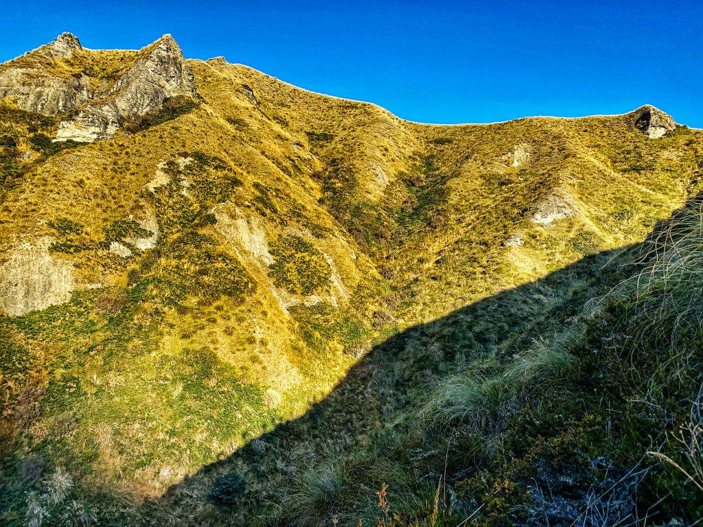 Berglandschaft in der Läufer einen Berg erklimmen