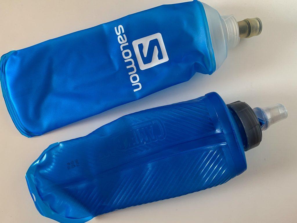 Zwei Weichflaschen von Salomon und Camelbak.