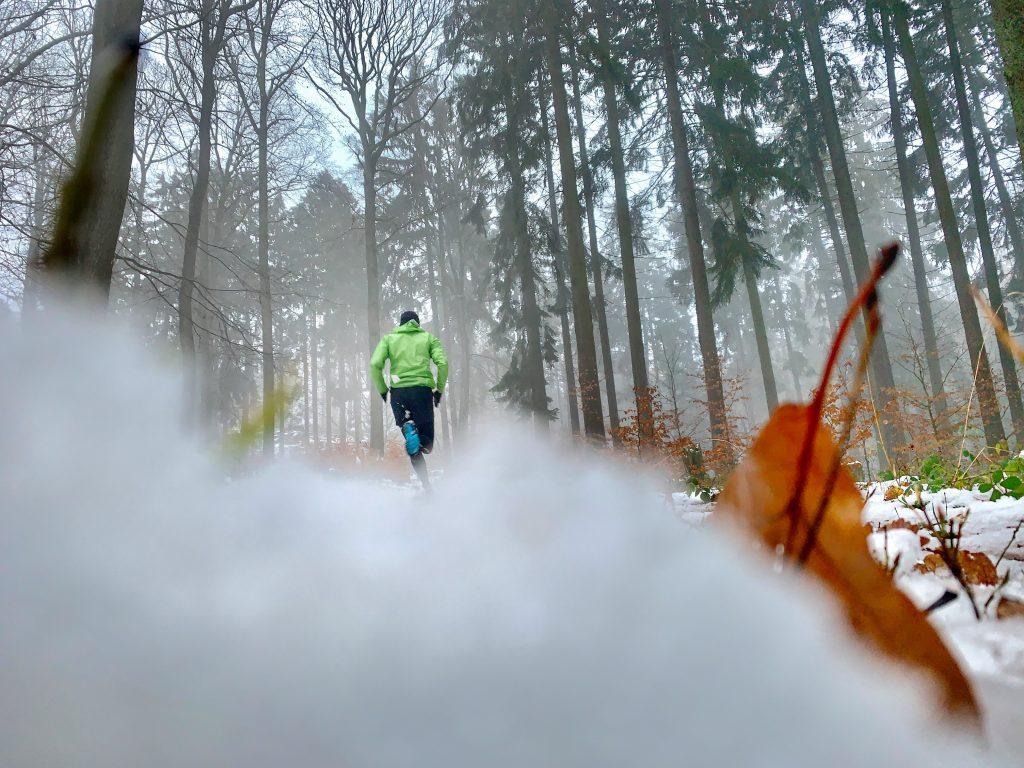 Nils läuft im Schnee