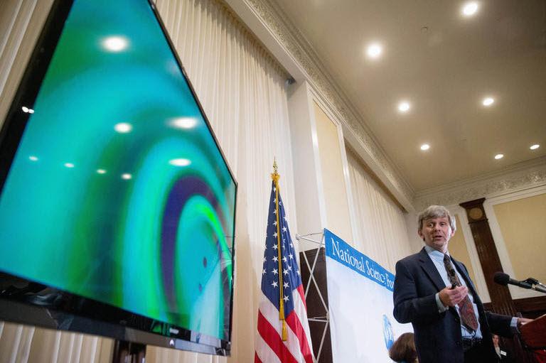 David Reitze bei der Bekanntgabe der Gravitationswellendetektion.