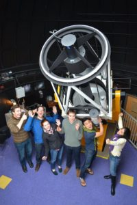 Azadeh Fattahi (rechts) mit anderen Studenten vor dem Teleskop der Universität Victoria.
