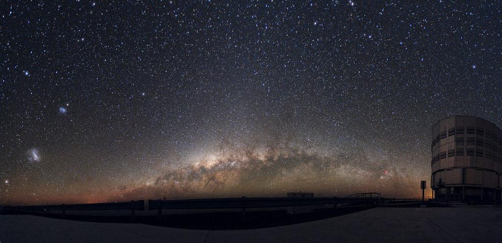 Zwerggalaxien wie die Magellanschen Wolken (hier oberhalb der Milchstraße) sind die Forschungsobjekte von Fattahi.