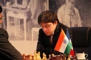 """Hier spielt """"MVL"""" gegen den früheren Weltmeister Vishy Anand."""