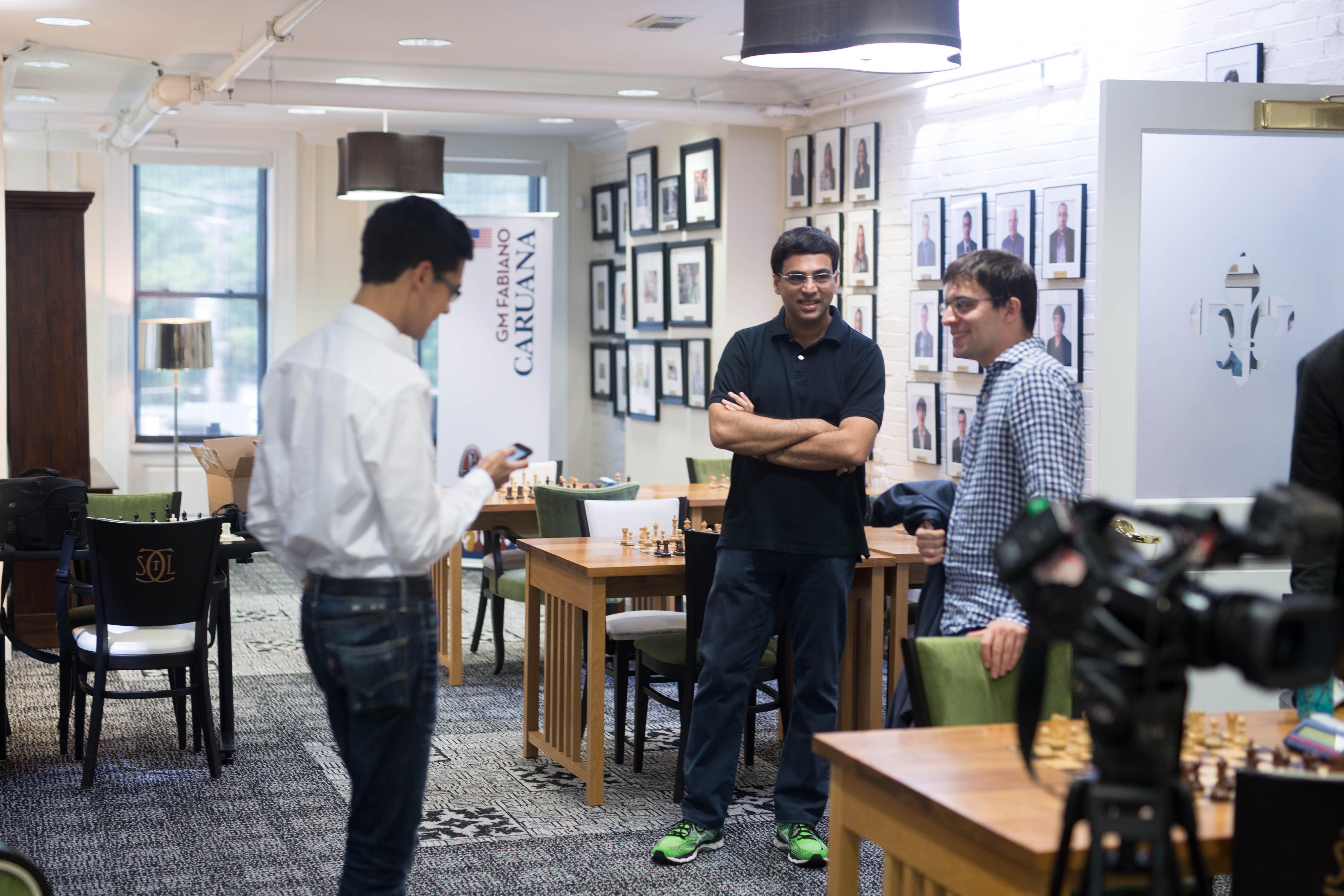 """Der frühere Weltmeister Vishy Anand (m.) und die beiden Spitzenspieler """"MVL"""" (r.) und Fabio Caruana."""