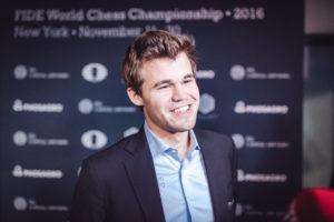 Endlich gewonnen. Carlsen kann wieder lachen. (Foto: Max Avdeev for Agon Limited)
