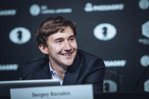 Ein gut gelaunter Karjakin nach seiner ersten gewonnenen WM-Partie (Foto: Max Avdeev for Agon Limited)