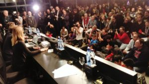 Hunderte Schachfans empfangen Carlsen und Karjakin nach der 2. Partie (Foto: Stefan Löffler)