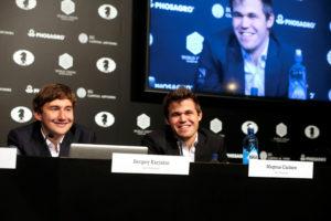 Selbst wenn der Druck riesig ist, macht Schach Karjakin und Carlsen Spaß (Foto: Ole Kristian Strøm. VG)