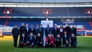 Die 14 Teilnehmer des Tata Steel Masters 2017 mit Vertretern von Feyenoord Rotterdam (Foto: Tata Steel Chess)