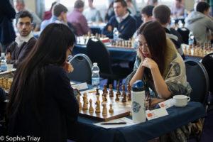 Weltmeisterin Hou Yifan, links, im Duell mit ihrer möglichen Nachfolgerin Ju Wenjun (Foto: Gibraltar Chess Festival)