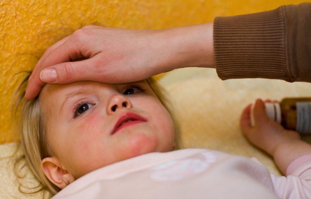 Wird das Kind krank, stehen Eltern oft vor der eigenen Hilflosigkeit.