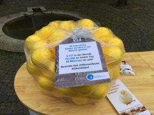 Demo des Tierschutzbundes: Jeder gelbe Ball symbolisiert ein Küken